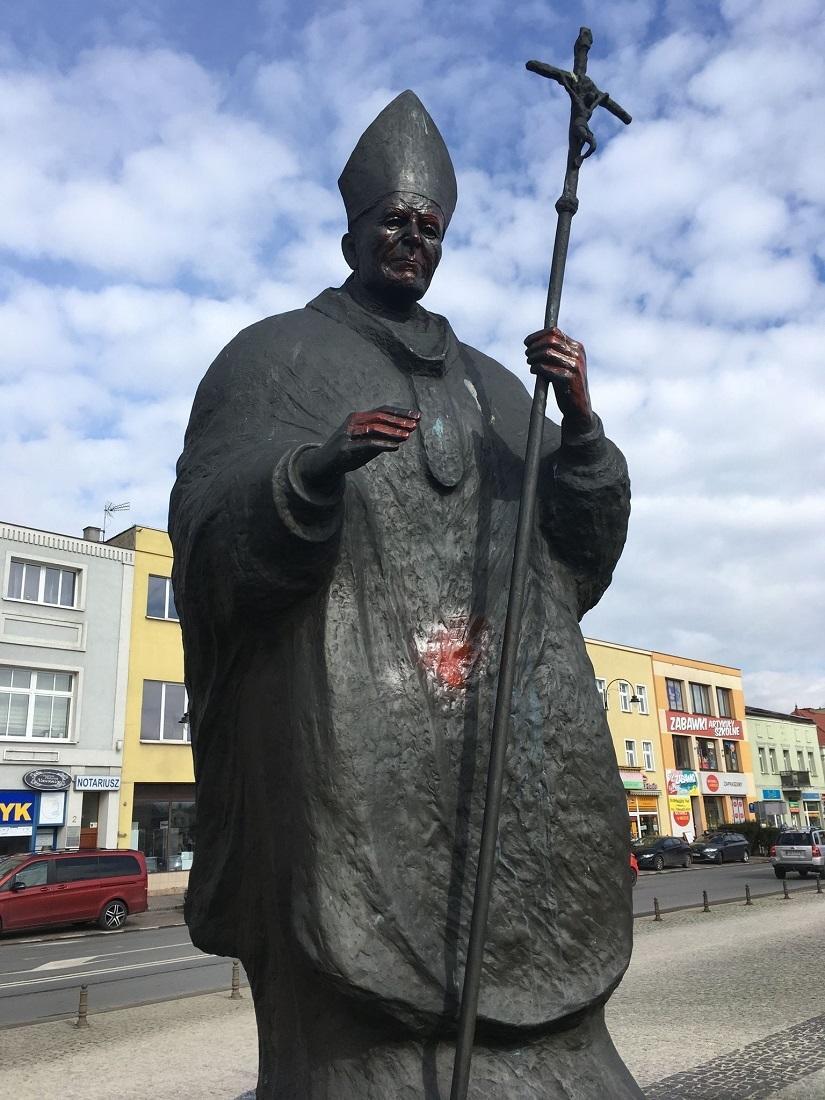Zdewastowany pomnik Jana Pawła II w Obornikach
