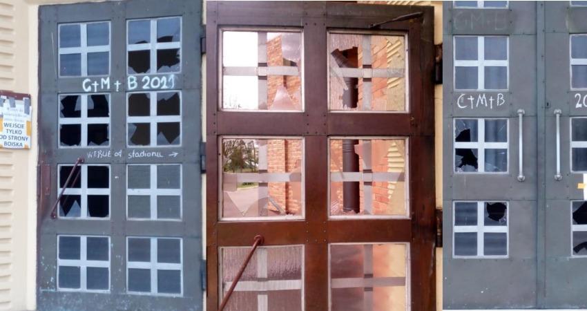 Dewastacja drzwi kościoła w Sieradzu
