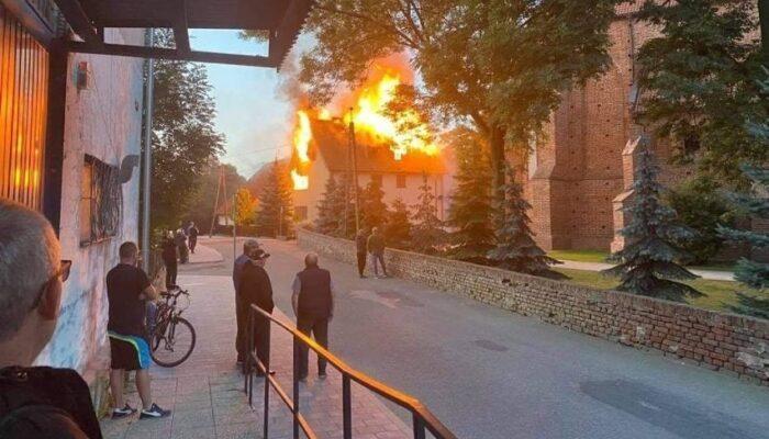 Tragiczny pożar plebanii w Nowym Stawie. Nie żyje jeden z księży.